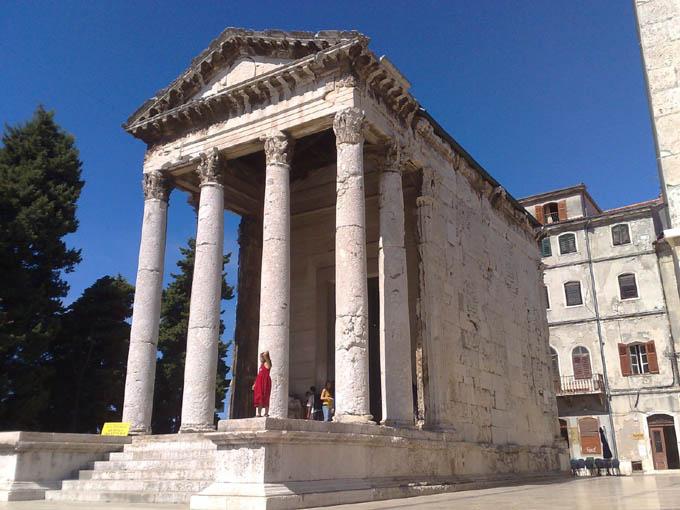 Римский храм Августа, Пула